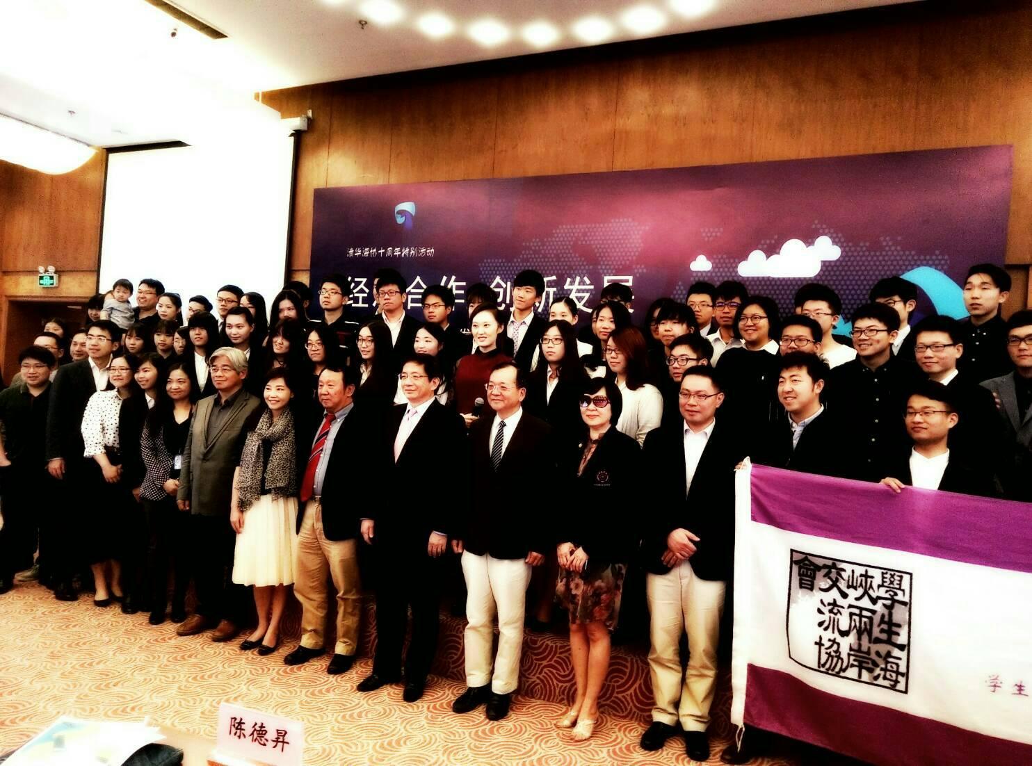 本基金會陳德昇執行長(第一排右五)於演講會後和與會學者、同學合影